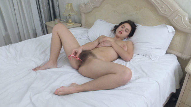 Chrystal Mirror masturbates in bed with a sweet