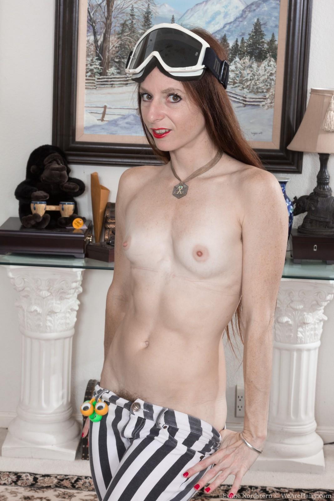 evane-nordstern-strips-naked-in-her-living-room6.jpg