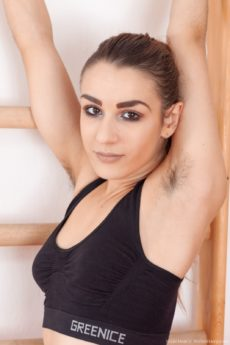New hottie Nikki Heat shows us her very furry pussy and hairy arms