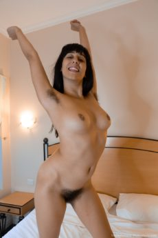 Nasty hottie Violet Russo squats her huge bush onto a toy in bed